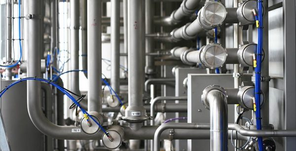 ¿Por qué se utiliza el acero inoxidable en sistemas de procesos sanitarios?